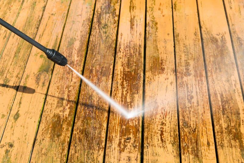 Władzy domycie Drewniana pokład podłoga czyści z wysokość naciska watem obrazy stock