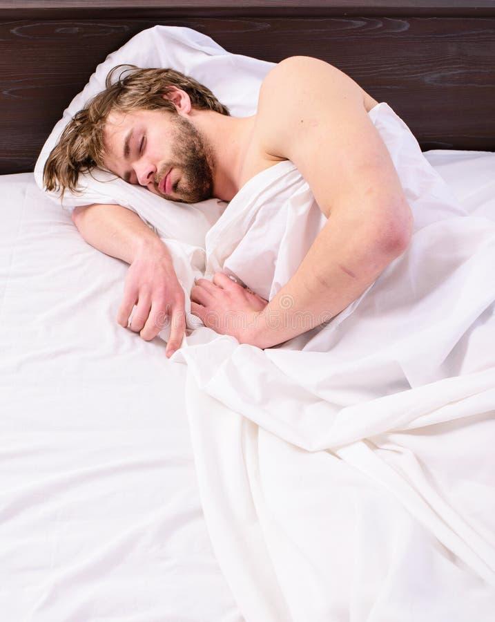 Władzy drzemanie może pomagać ciebie dostawać przez dnia Drzemkę relaksować Obsługuje śpiąca półsenna nieogolona brodata twarz za zdjęcie royalty free