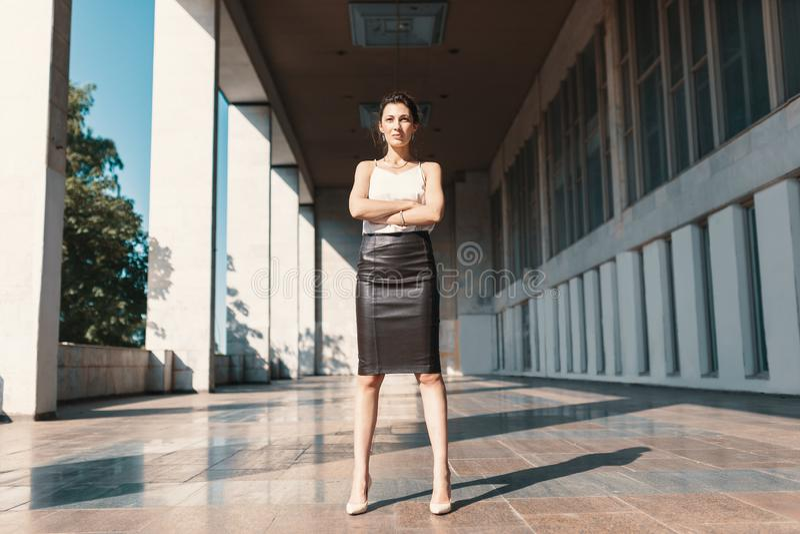 Władzy pozycja - Ufna bizneswoman pozycja z krzyżował a zdjęcia stock