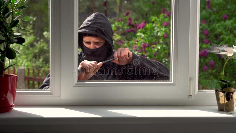 Włamywacz łama w dom przez okno zbiory wideo