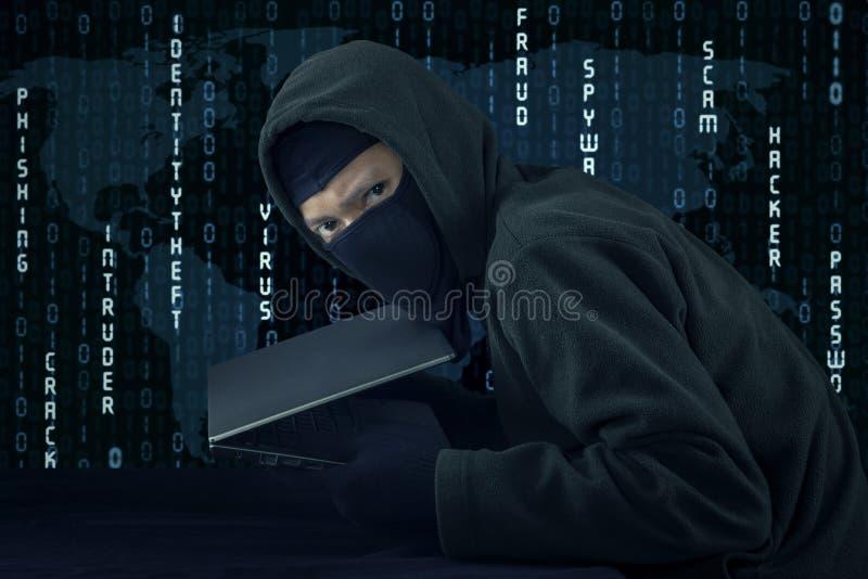 Włamywacz kraść laptop z binarnego kodu tłem zdjęcie royalty free