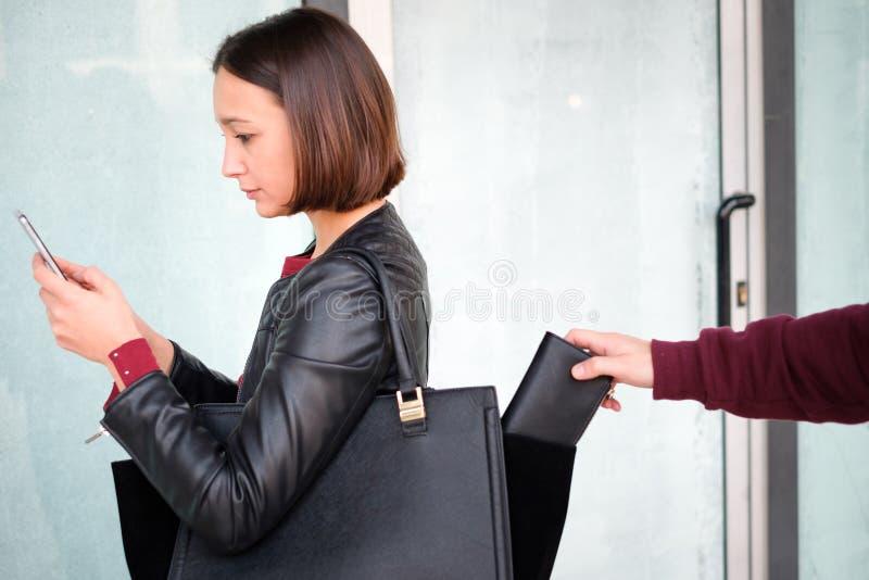 Włamywacz kraść pieniądze portfel od torebki rozpraszam uwagę fotografia stock