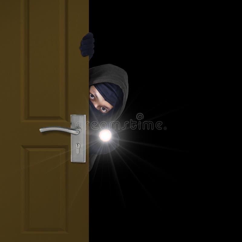 Włamywacz kraść przez drzwi obraz royalty free