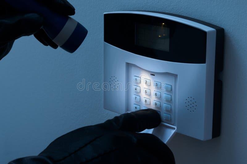 Włamywacz próbuje rozbrajać ochrona alarmowego system obrazy stock