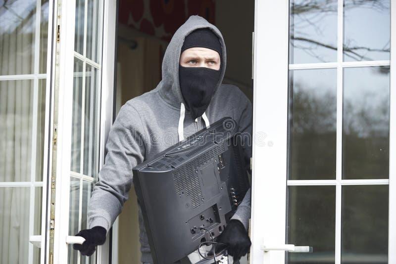 Włamywacza łamanie W Domowego I Kraść telewizję zdjęcie stock