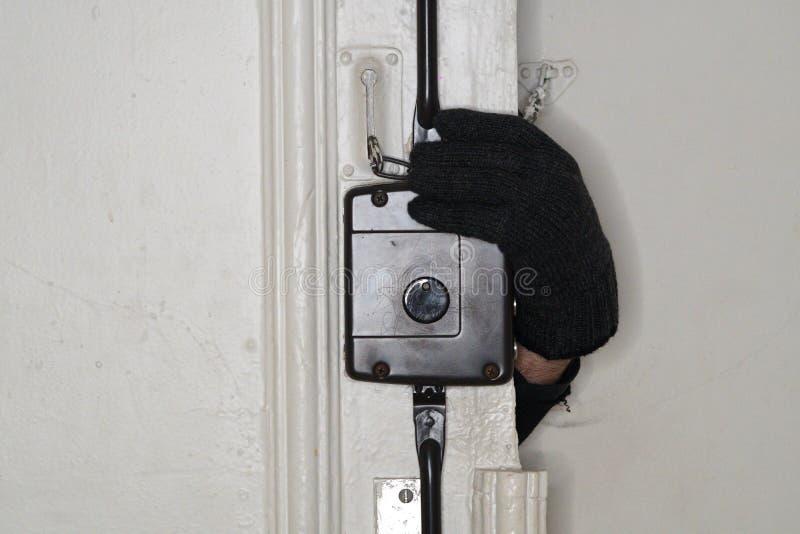 Włamywacza otwarcia drzwi zdjęcie royalty free