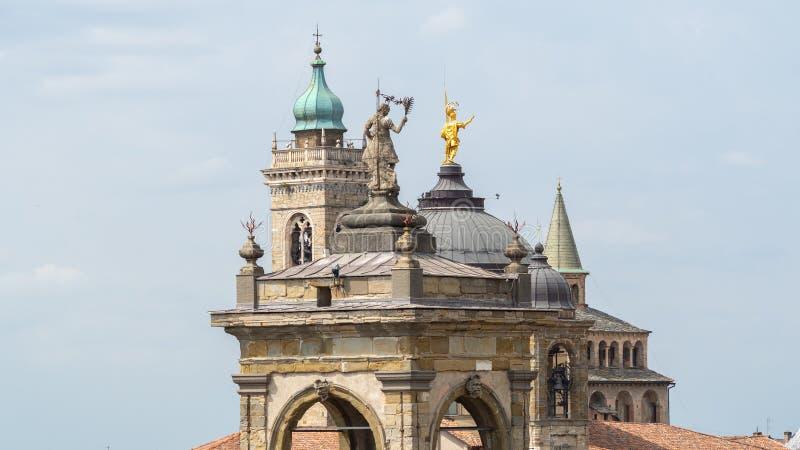 Włoch bergamo Krajobraz przy góruje i kopuły stary miasteczko obraz stock