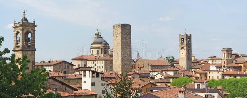Włoch bergamo starego miasta Krajobraz przy centrum miasta stary góruje i zegarowy góruje od antycznego fortecy obraz royalty free