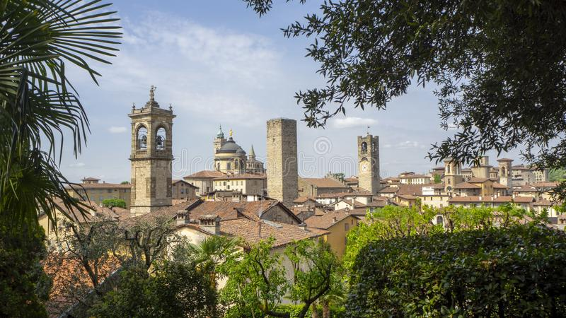 Włoch bergamo starego miasta Krajobraz przy centrum miasta stary góruje i zegarowy góruje od antycznego fortecy fotografia stock
