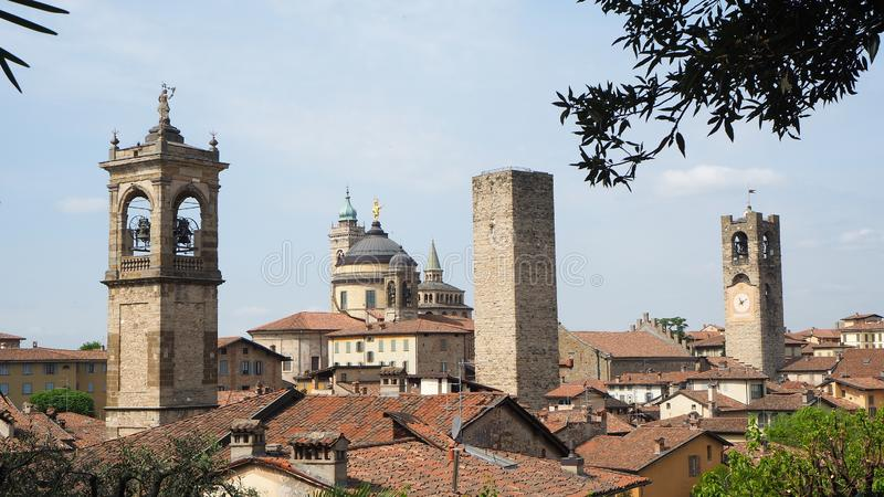 Włoch bergamo starego miasta Krajobraz przy centrum miasta stary góruje i zegarowy góruje od antycznego fortecy zdjęcie stock