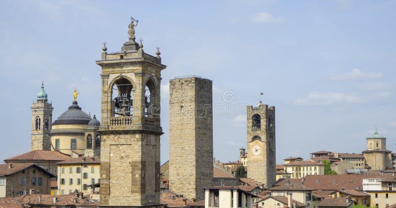 Włoch bergamo starego miasta Krajobraz przy centrum miasta stary góruje i zegarowy góruje od antycznego fortecy obrazy stock