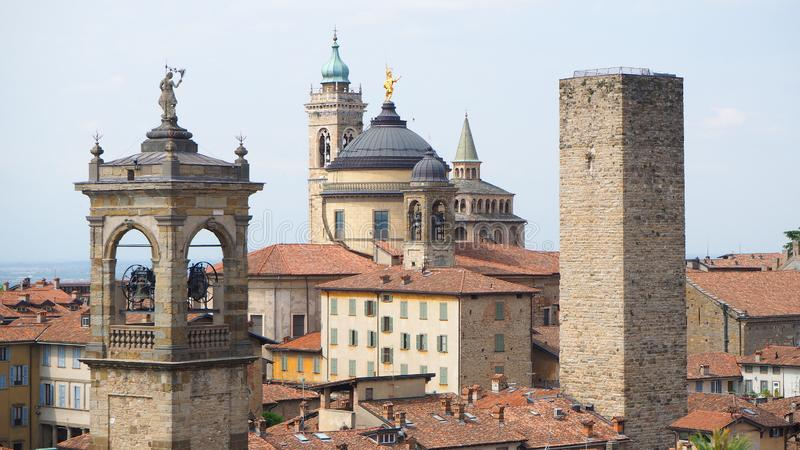 Włoch bergamo starego miasta Krajobraz przy centrum miasta stary góruje i zegarowy góruje od antycznego fortecy zdjęcia stock