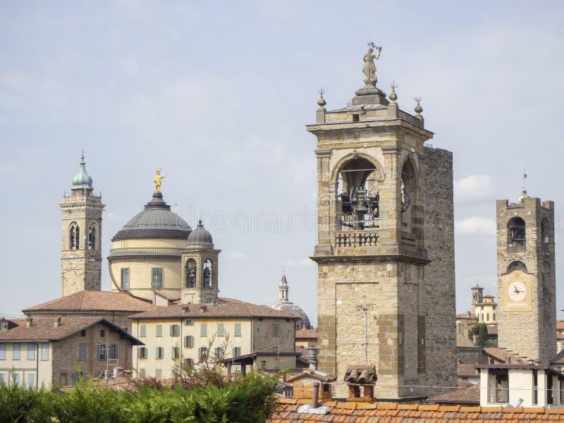 Włoch bergamo starego miasta Krajobraz przy centrum miasta stary góruje i zegarowy góruje od antycznego fortecy zdjęcia royalty free