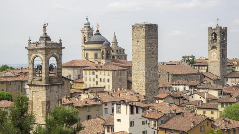 Włoch bergamo starego miasta Krajobraz przy centrum miasta stary góruje i zegarowy góruje od antycznego fortecy obrazy royalty free