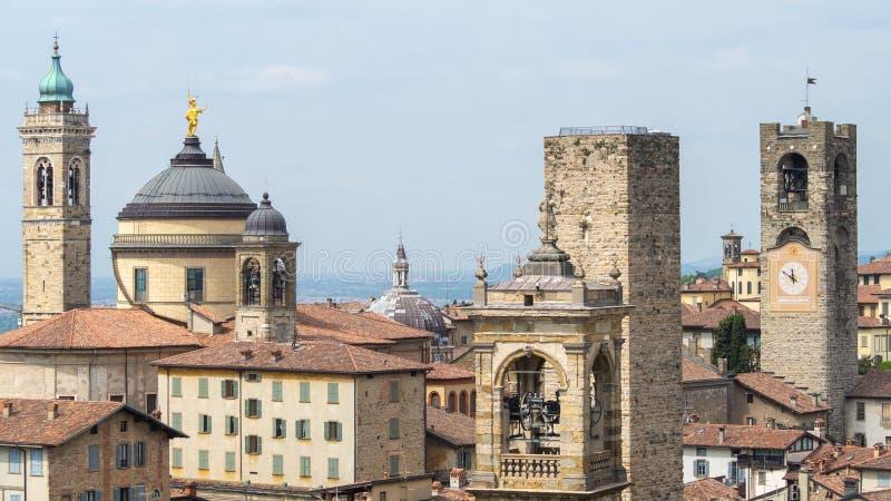 Włoch bergamo starego miasta Krajobraz przy centrum miasta stary góruje i zegarowy góruje od antycznego fortecy zdjęcie royalty free