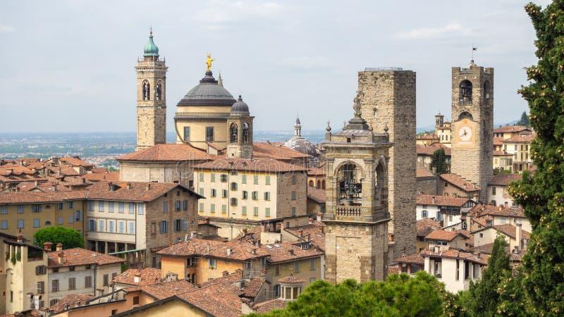 Włoch bergamo starego miasta Krajobraz przy centrum miasta stary góruje i zegarowy góruje od antycznego fortecy obraz stock