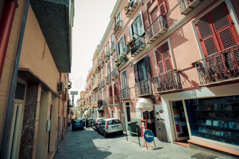 Włochy Cagliari miasto, dziejowi centrum domy, parki, Europe wakacje, lato punktów zwrotnych budynki i drzewa, obraz royalty free