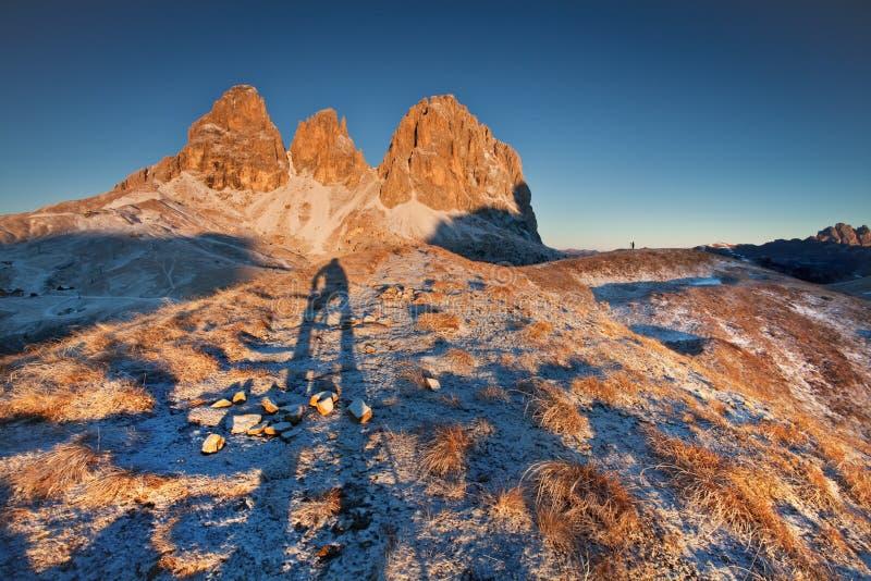 Włochy, dolomity, Alps - cudowna sceneria nad chmury przy pięknym dniem w zimie z pierwszy śniegiem, Włochy zdjęcia stock