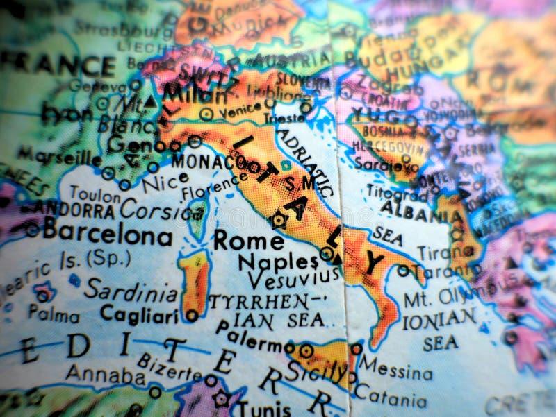 Włochy i Rzym ostrości makro- strzał na kuli ziemskiej mapie dla, zdjęcie stock