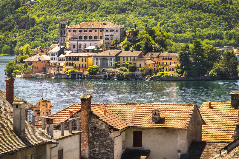 Włochy jeziorny obraz lubi, San Giulio wyspa na Orta jeziorze Novara fotografia stock