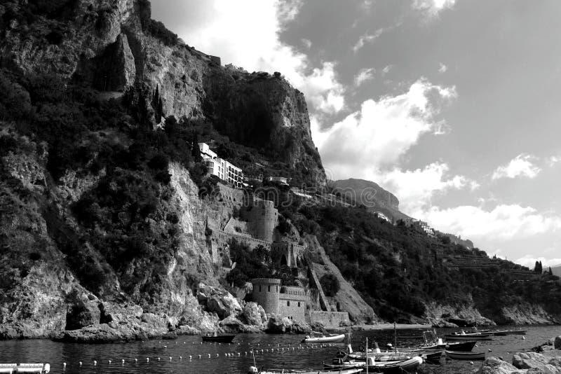 Włochy krajobrazu - Zadziwiająca Czarny I Biały plaża Amalfi zdjęcie royalty free