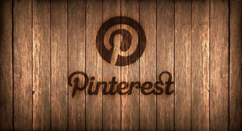 Włochy, Listopad 2016 - Pinterest logo drukujący na ogieniu na drewnie ilustracji