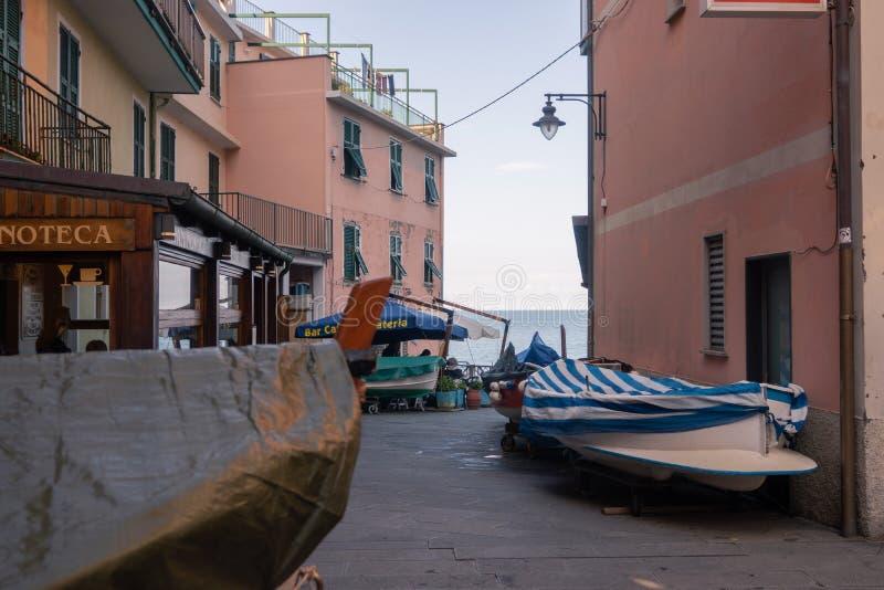 """Włochy, Manarola †""""13 2019 Kwiecień: łodzie są na stronach główna ulica w Manarola, Cinque Terre, Włochy obrazy royalty free"""