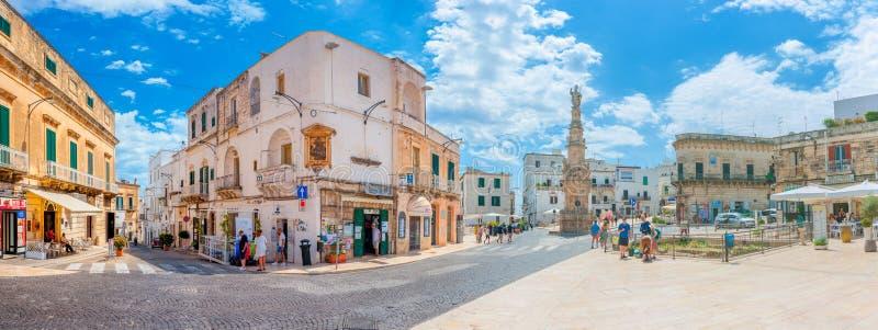 Włochy, Ostuni, Lipiec 2018 - panorama ulubiony region turystyczny w historycznym centrum Ostuni zdjęcia stock