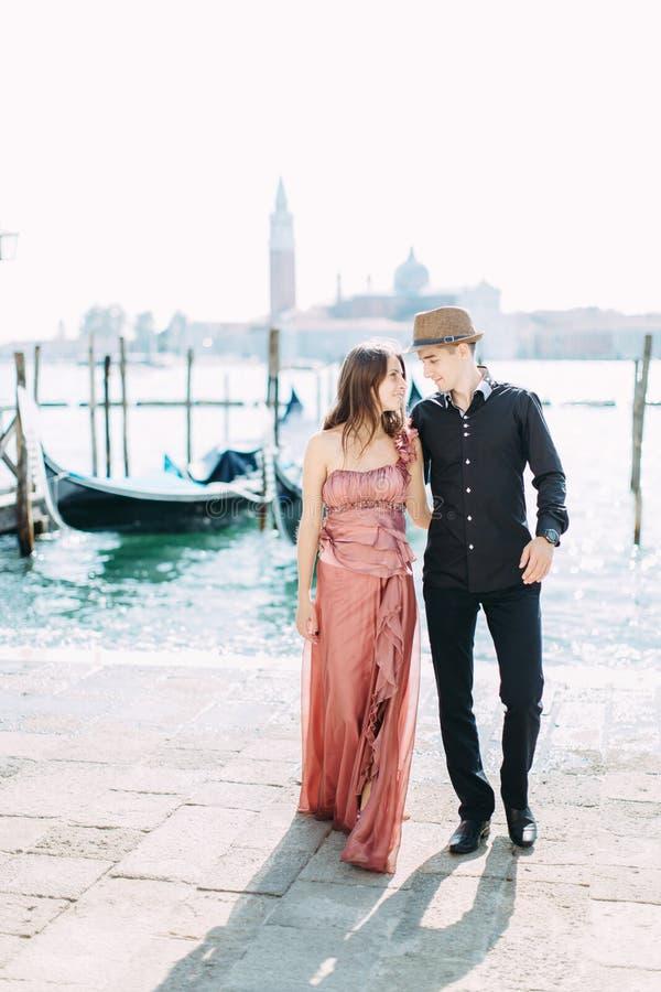 Włochy piękno, ładna dziewczyna i chłopiec z San Giorgio za, Maggiore i łódź, Venezia, Wenecja zdjęcia stock