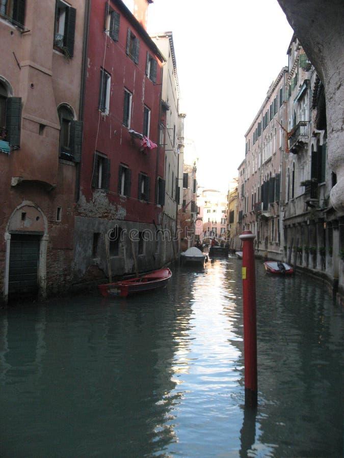 Włochy piękno jeden kanałowe ulicy w Wenecja, Italia obrazy royalty free