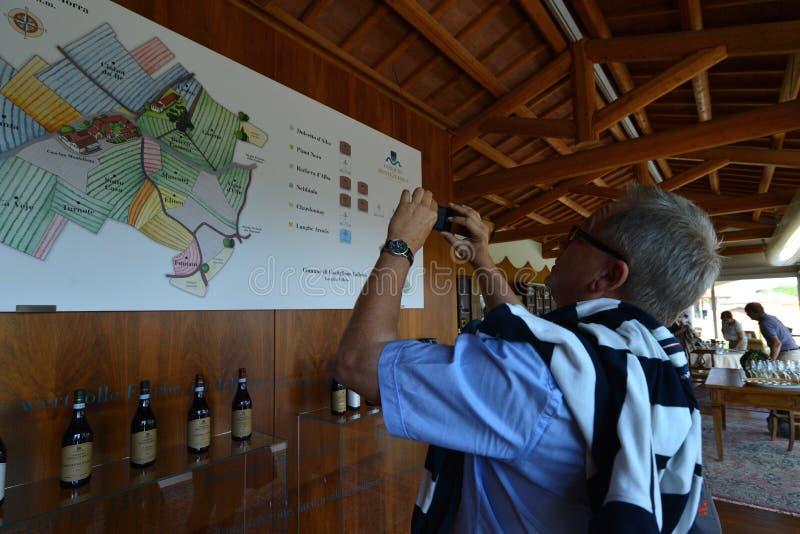 Włochy, Podgórski, Langhe, wino turyści przy ` Cascina Monfalletto ` obraz stock