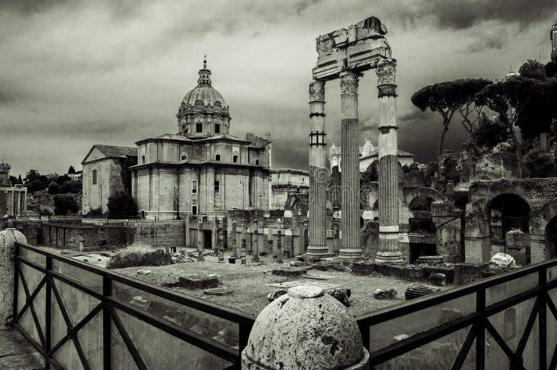 Włochy, Rzym, kolumnada forum i kościelny Santissimi Nome Di Maria al Foro Traiano, fotografia royalty free