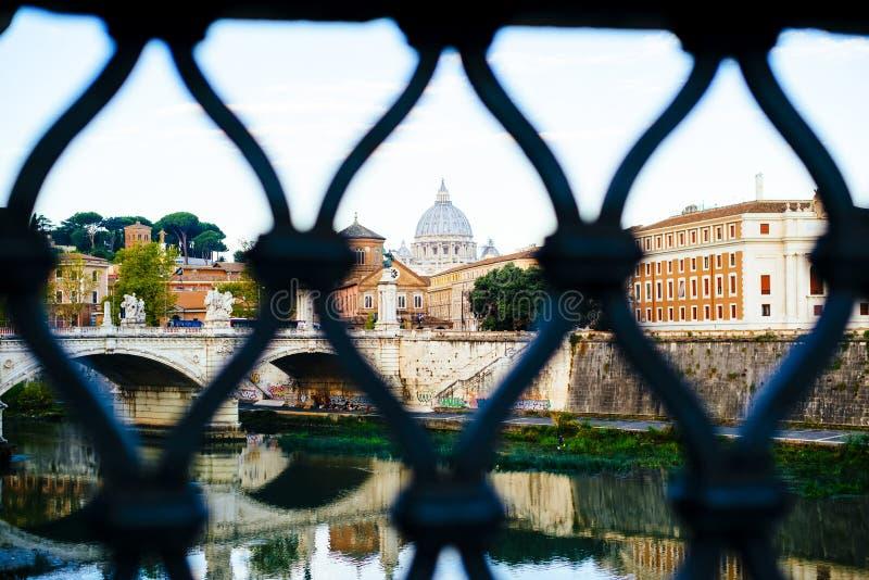 Włochy, Rzym, miasto Watykańska kopuła widzieć od afa St Peter obraz stock