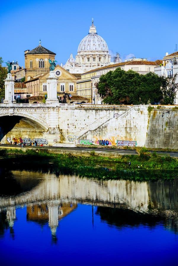 Włochy, Rzym, miasto Watykańska kopuła widzieć od afa St Peter obrazy royalty free