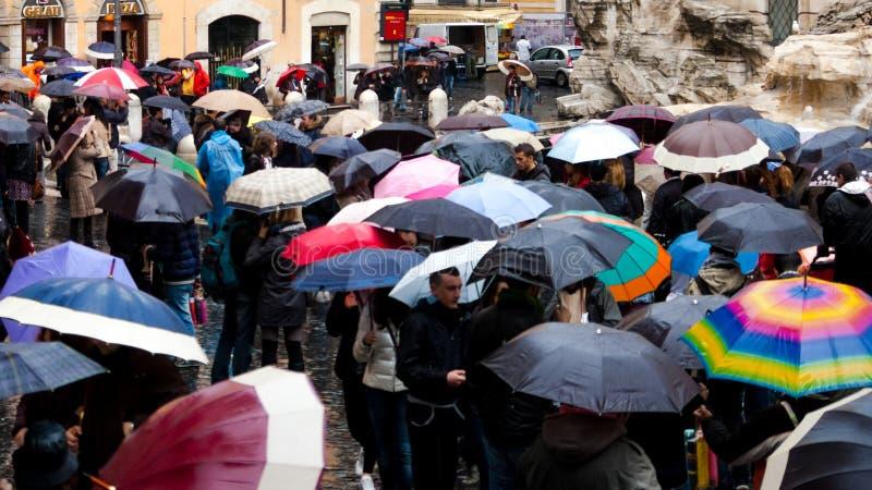 Włochy Rzym, Wrzesień, - 2016: Tłum z parasolami jest trwanie pobliskim Trevi fontanną
