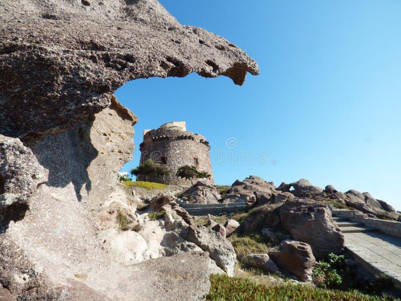 Włochy, Sardinia, Portoscuso, deptak z widokiem antyczna Hiszpańska wieża obserwacyjna zdjęcia royalty free