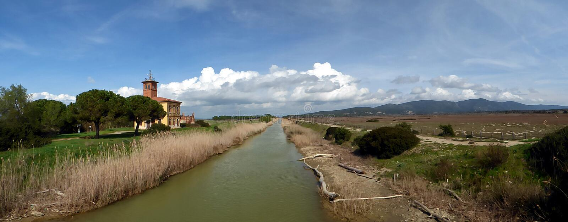 Włochy, Tuscany, Grosseto, Marina Di Alberese, Naturalny park Maremma, także nazwany Uccellina park, widok wsi nea obrazy stock