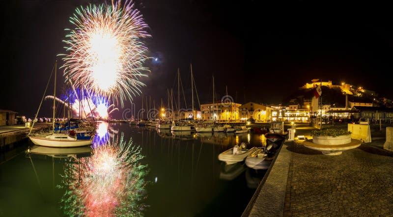 Włochy, Tuscany Maremma Castiglione della Pescaia, fajerwerki nad noc widokiem port i kasztelem dennym, panoramicznym, zdjęcie stock