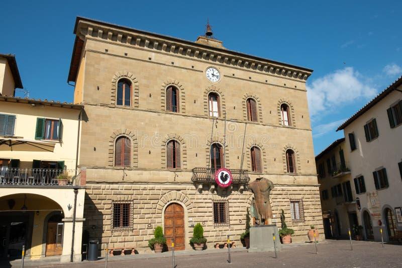 Włochy, Tuscany prowincja Florencja, Greve w Chianti urząd miasta i statua, w piazza Matteotti zdjęcie stock