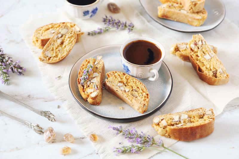 Włoscy ciastka: migdałowy cantuccini, filiżanka kawy i lawenda, obrazy stock