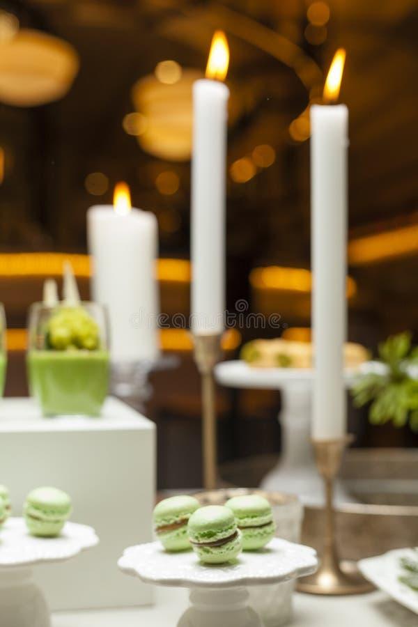 Włoscy deserowi macarons na stole zdjęcia royalty free