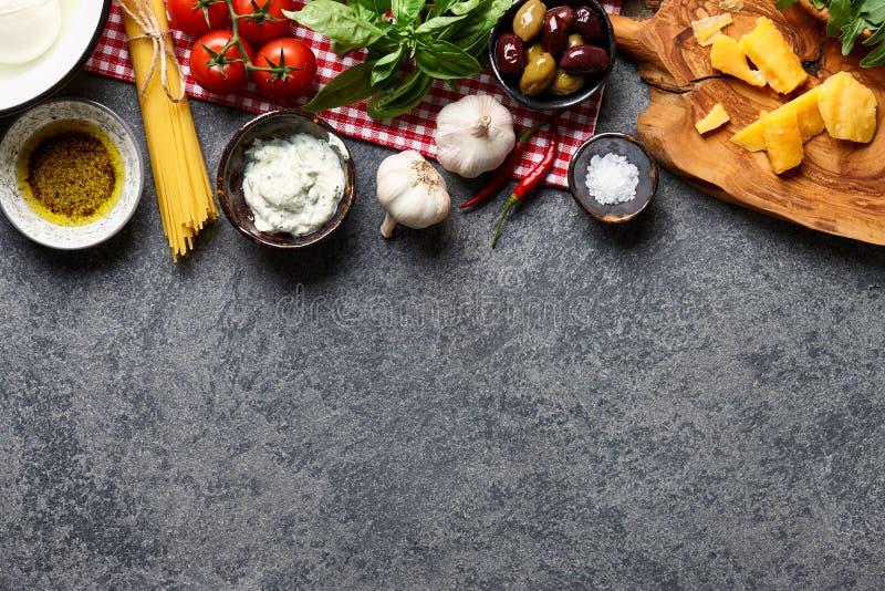 Włoscy karmowi składniki na kamiennym tle obrazy stock