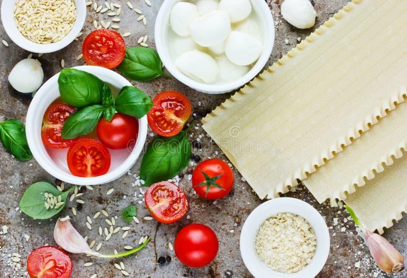 Włoscy karmowi tła pojęcia produkty - czereśniowi pomidory, basi obrazy stock