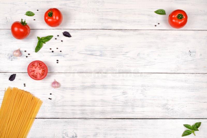 Włoscy makaronów składniki na białym drewnianym stole, odgórny widok fotografia stock