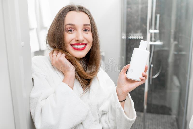 Włosiana opieka z szamponem lub conditioner fotografia stock