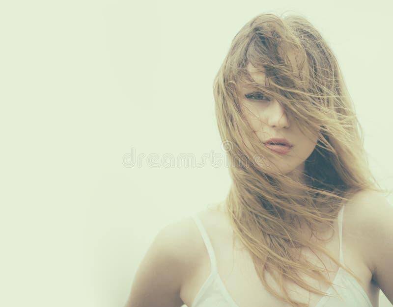 Włosiana strata i opieka mokre włosy Piękno fryzjer i salon Moda portret kobieta Kobieta z chrupliwym włosy dziewczyna zdjęcie stock