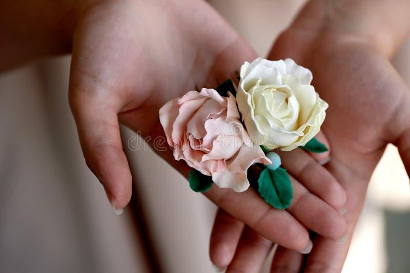 Włosiany akcesoryjny handmade zakończenie Lokalizować na otwartej palmie Delikatni pastelowi cienie fotografia royalty free