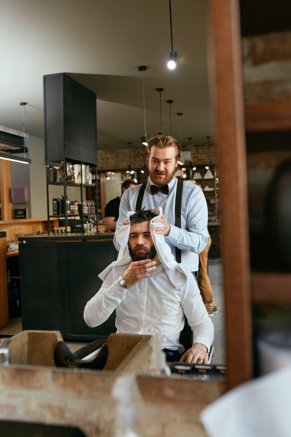 Włosiany obmycie Fryzjera męskiego domycia mężczyzna ` s włosy W piękno salonie zdjęcia royalty free