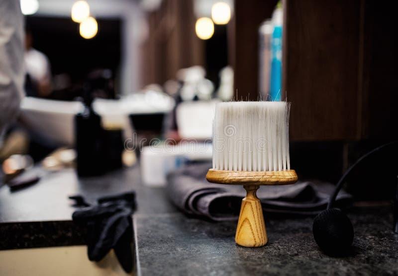 Włosiany pyłu muśnięcie i inni narzędzia dla mężczyzn w włosianym salonie, zakładu fryzjerskiego wnętrze zdjęcia stock