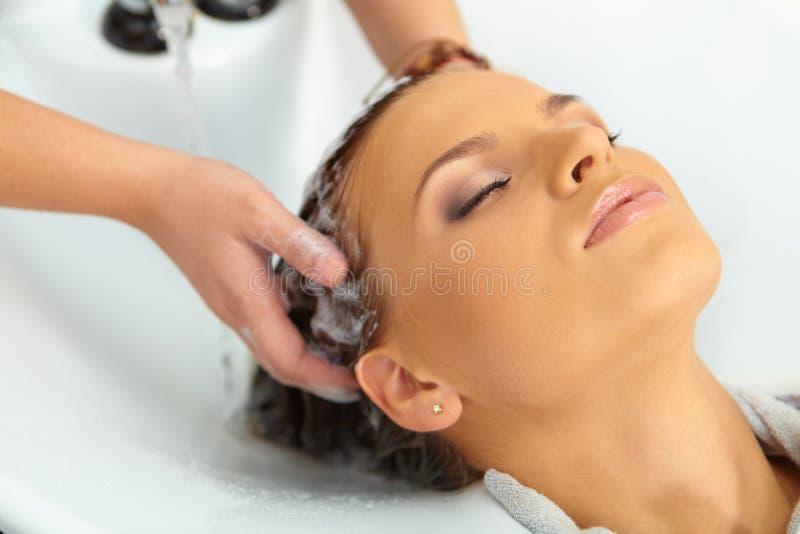 Włosiany salon. Myć z szamponem. fotografia royalty free